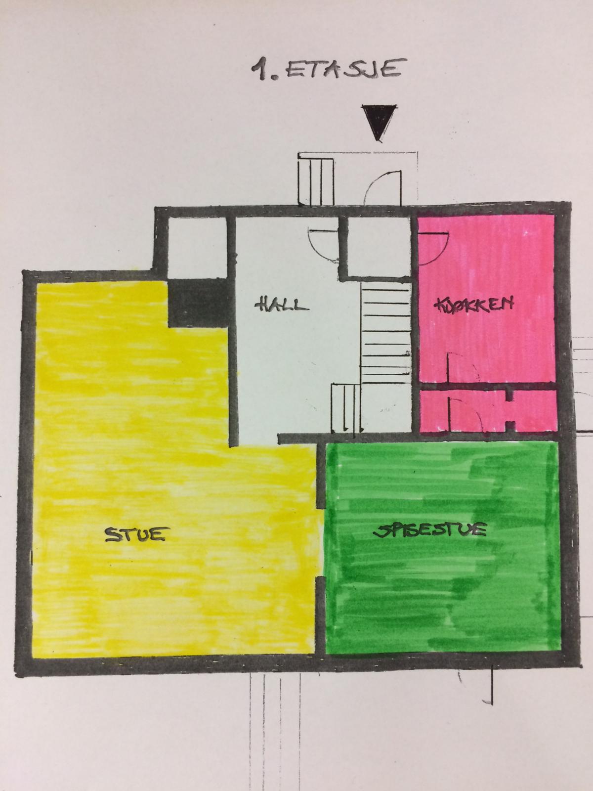 Plantegning av første etasje med stue, hall, kjøkken og spisestue.