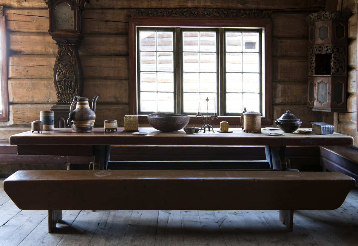 Langbordet er dekket inne i en laftet stue.