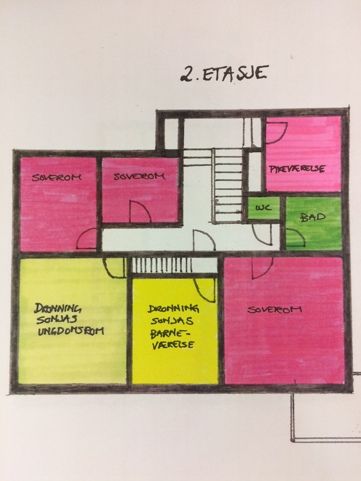 Plantegning av andre etasje med soverom, dronning Sonjas ungdomsrom og barneværelse, pikerom, bad og WC.