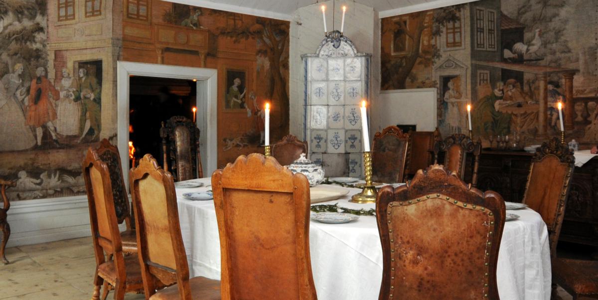 Dekket bord med granbar og levende lys.
