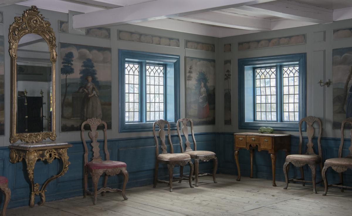 Stue med veggmalerier og møbler fra 1700-tallet.