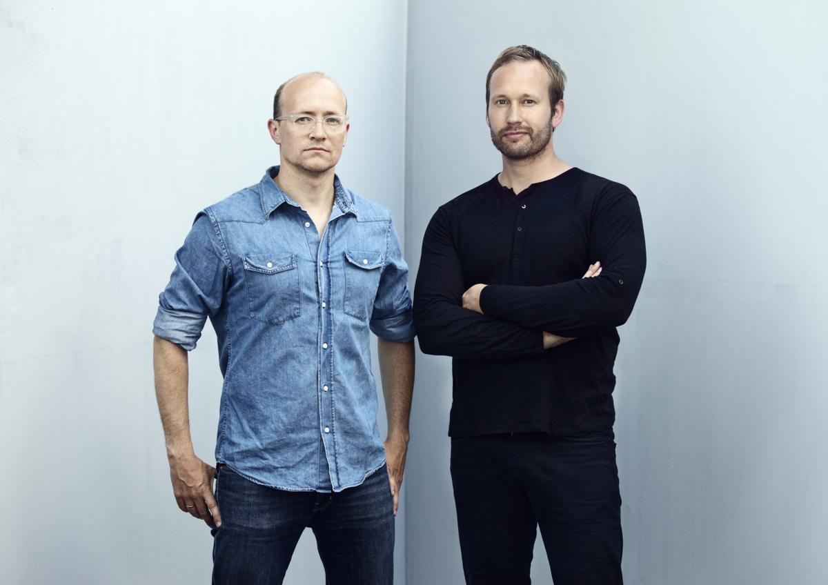 De to mennene Espen Voll og Torbjørn Anderssen ved en hvit vegg.