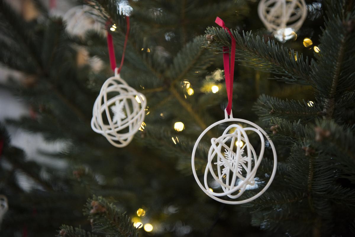 Hvite juletrepynt med snøkrystaller og sirkler.
