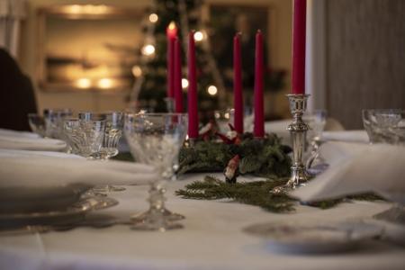 Julepyntet bord i 1950-tallshuset på Maihaugen