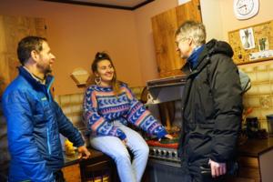 Dattera i 80-tallshuset viser frem kjøkkenet til gjestene. Foto: Esben Haakenstad