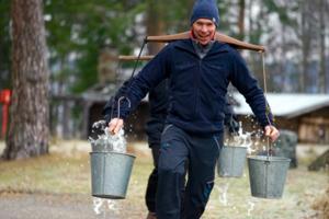 Konkurranse med gammeldags vannsele og vannbøtter. Foto: Esben Haakenstad