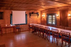 Møte i hyggelige omgivelser i tømmerbygningen Gjestestua. Foto: Morten Norli
