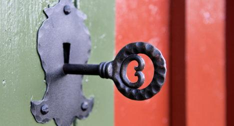 Smijernsnøkkel/dørvrider i ytterdør på hytte.