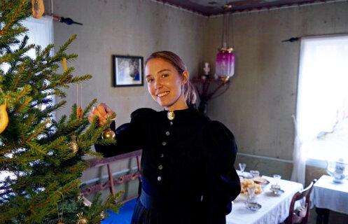 Juletreet pyntes på Jørstad, Maihaugen.