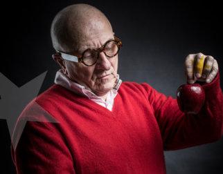 Kjell Erik Killi-Olsen holder et rødt eple i hånden.