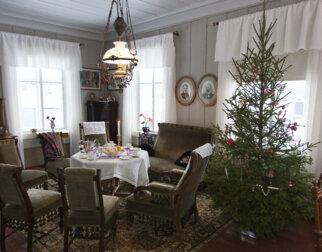 Julepyntet stue som på 1920-tallet på Maihaugen i Lillehammer.