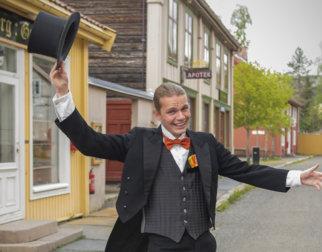 Sirkusdirektør med flosshatt i hånden.