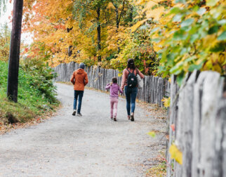 Familie går tur på Maihaugen i høstfarger.