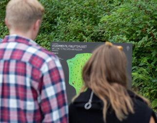 Mennesker ser på kart.