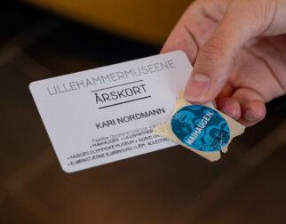 Årskort og billett til Maihaugen.