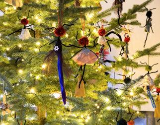 Angelina-figurer laget av tekstil på Maihaugens juletre.