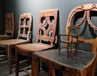 Gamle trestoler, med en mini-stol plassert på en av dem.