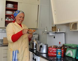 Hushjelp i 50-tallshuset på Maihaugen, Lillehammer.