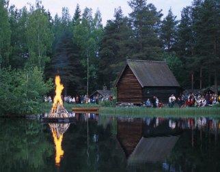 St Hans bål sett mot Fiekskapellet på Maihaugen, Lillehammer
