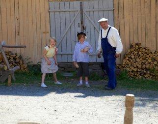 Tidstypisk lek med å kaste på stikka, fra Olsengården på Maihaugen på Lillehammer.