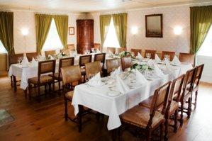 Dekket bord i Kirkestuen på Maihaugen, Lillehammer.