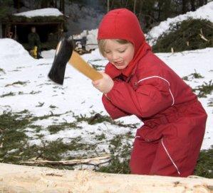 Jente prøver seg som tømmerhogger på Maihaugen, Lillehammer