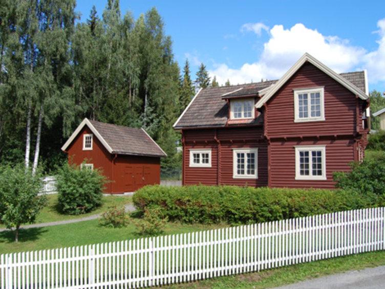 Et rødt laftet trehus som står i friluftsmuseet Maihaugen på Lillehammer.