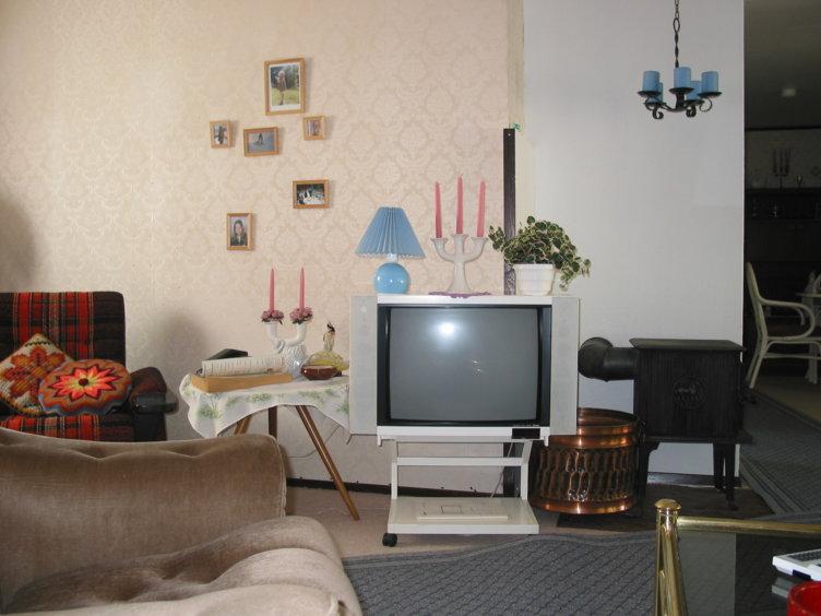 Stuen med hvit TV i 80-tallshuset på Maihaugen, Lillehammer.