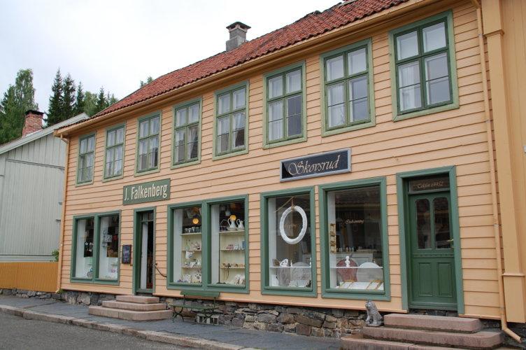 Eksteriørbilde fra de historiske butikkene Falkenberg og Avlangrud på Maihaugen, Lillehammer