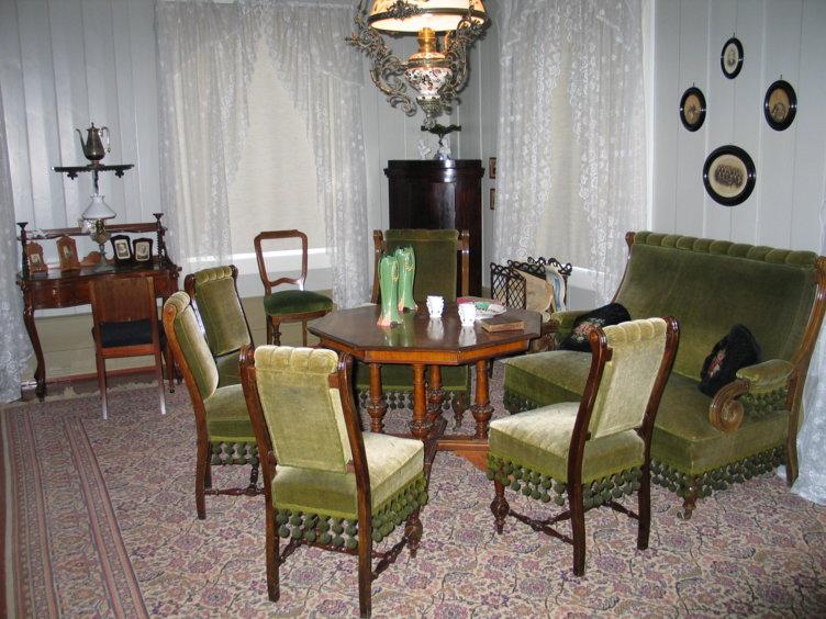 Interiør fra en sittegruppe i huset Hage som ligger på Maihaugen på Lillehammer.