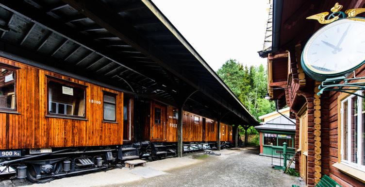 Toget på stasjonen på Maihaugen, Lillehammer.
