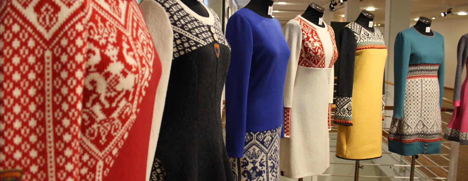 Kjoler sydd av strikkegensere og ullstoff.