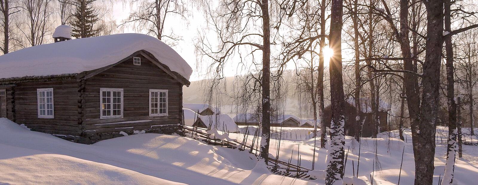 Den gamle laftede skolestua på Maihaugen på vinterstid.