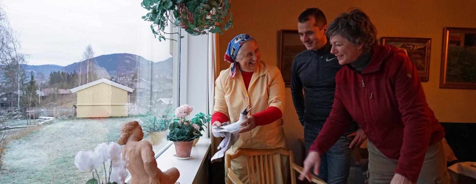 Husjelpa i 50-tallshuset viser gjestne pynten i huset. Foto: Esben Haakenstad