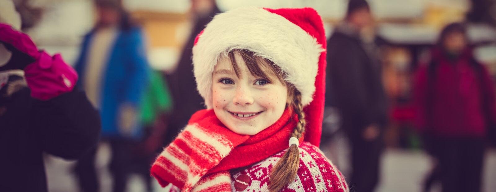 Jente med nisselue og røde kinn.