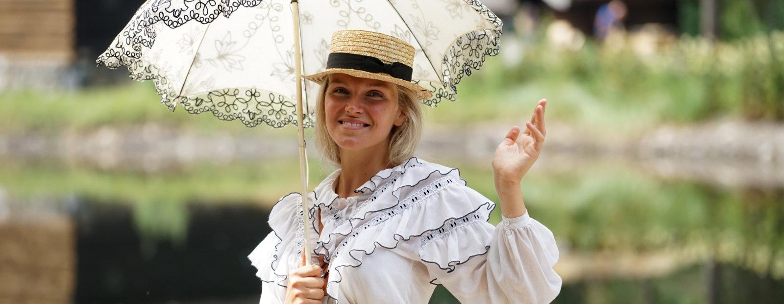 Fin engelsk lady med blondeparaply.
