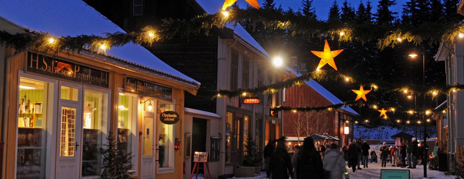 En julepyntet Storgate i Byen på Maihaugen på Lillehammer