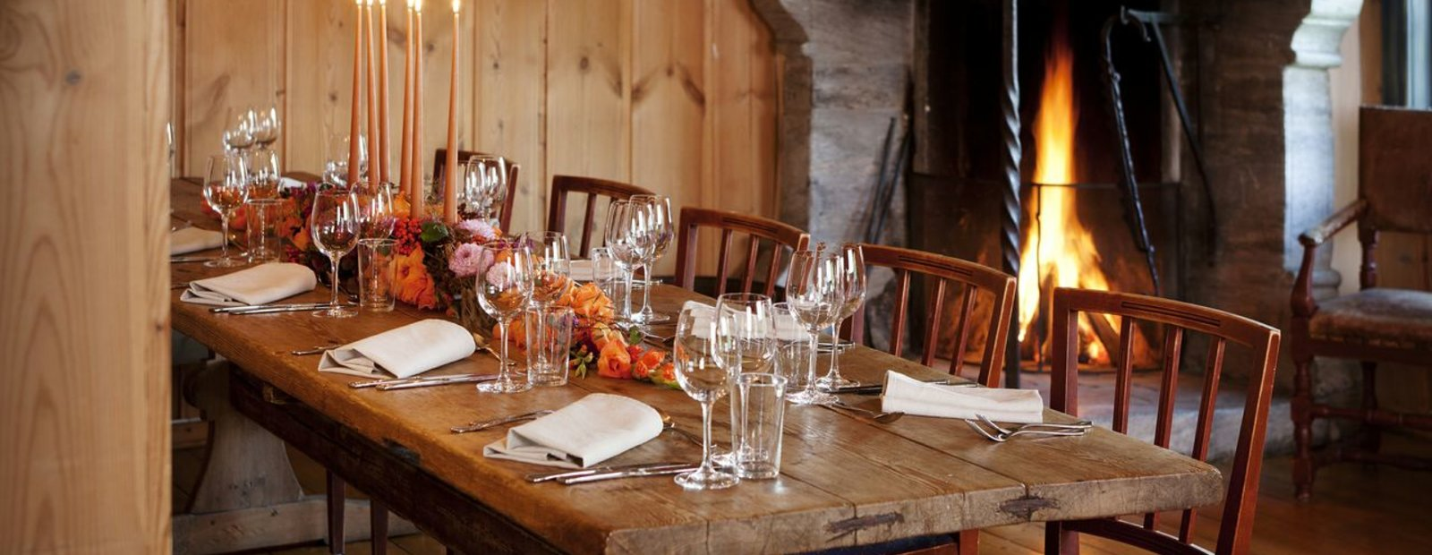 Dekket bord i Gjestestua på Maihaugen.
