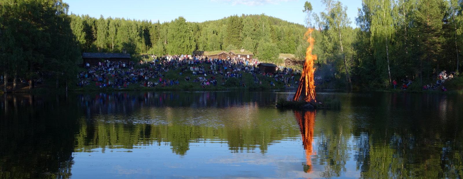 Sankt Hans bål i skumringen på Maihaugen, Lillehammer