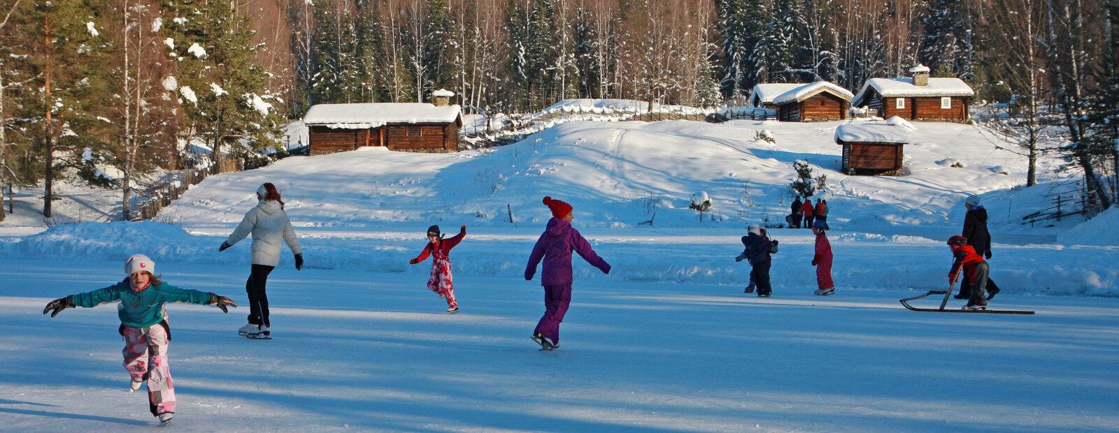 Barn som går på skøyter på Breisjøren på Maihaugen, Lillehammer