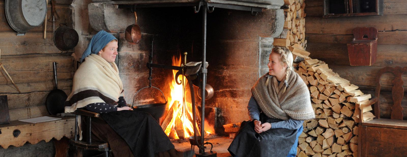 kvinner foran peisen i Øygarden på Maihaugen.