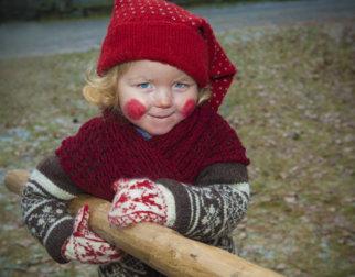 Jente med røde kinn og nisselue