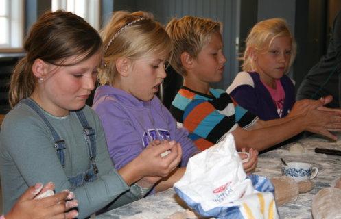 Barn som lager sin egen lefse på Maihaugen, Lillehammer