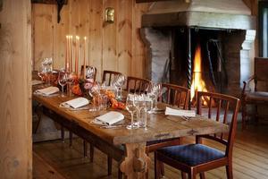 Dekket bord i Gjestestua på Maihaugen, Lillehammer.