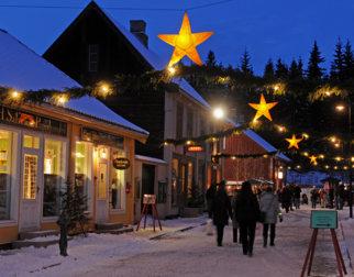 Gammeldags julegate og torg med juletre på Maihaugen i Lillehammer.