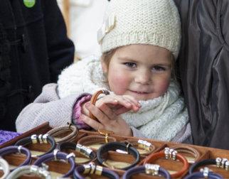 Maihaugens julemarked er en flott familieaktivitet på Maihaugen på Lillehammer. Her en jente som spiser kandiserte epler.
