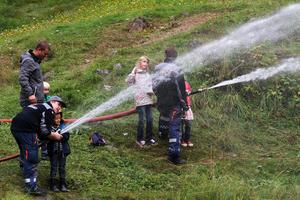 Liten gutt med stor brannslange på Maihaugen, Lillehammer