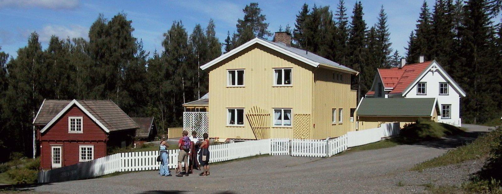 Eneboliger som representerer hver sin tidsepoke i Boligfeltet på Maihaugen på Lillehammer