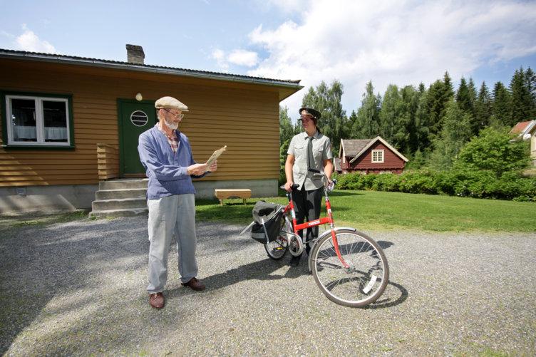 Postbudet leverer post til beboer i funkishuset som står på Maihaugen på Lillehammer.