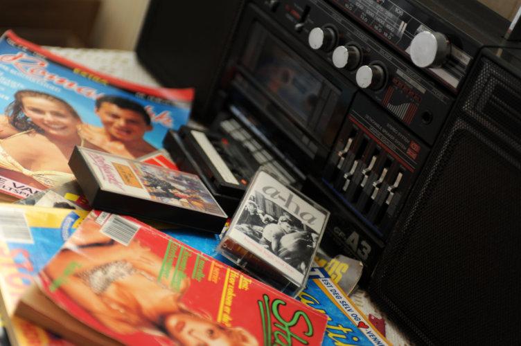 Tidstypiske gjenstander som bladet Romantikk og kasett av A-ha på et typisk ungdomsrom i 80-tallshuset på Boligfeltet på Maihaguen, Lillehammer.